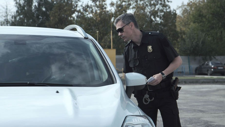 Police officer questioning during traffic stop